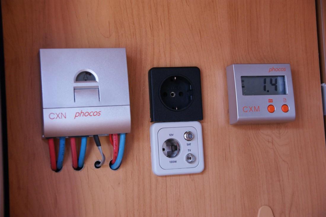 Regulátor Phocos CXN, zásuvky, displej Phocos CXM