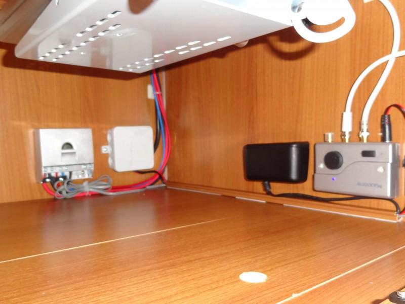 TV skříňka: regulátor Phocos, displej Phocos, zesilovač DVB-T antény Gazella, 12V zásuvka