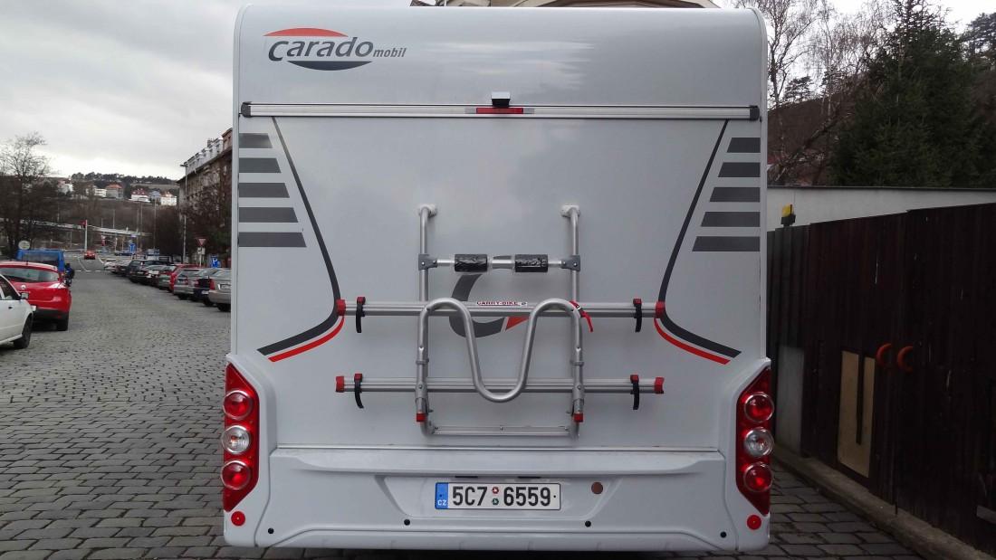 Záď vozu: zpětná kamera, parkovací senzory, držák kol