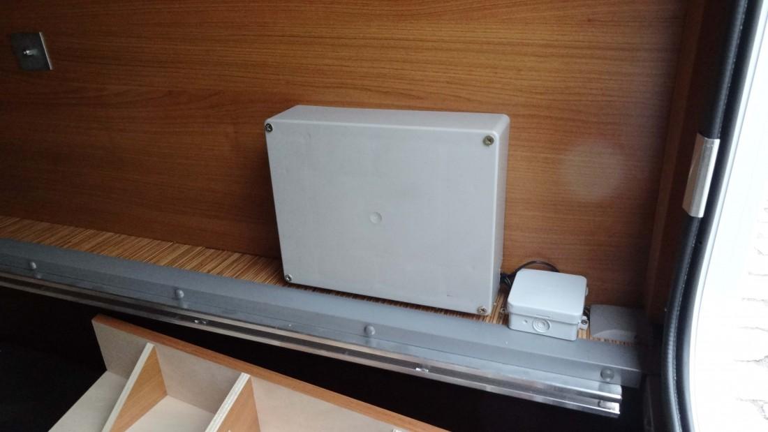 Modul parkovacích senzorů skrytý v krabici v úložném prostoru vozu