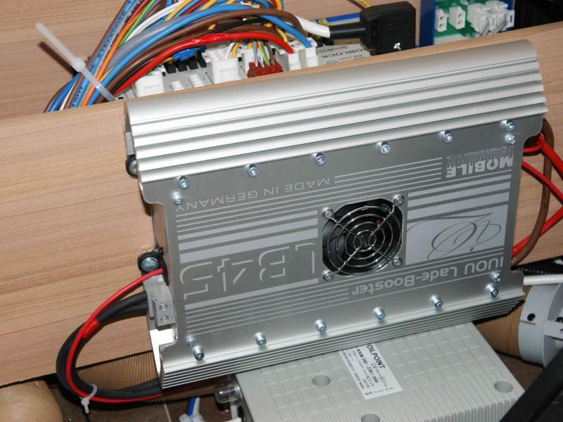 Díky boosteru můžete baterii nabíjet až 45A, místo obvyklých 8A z energobloku. Využitelné např. pro klimatizaci nebo rychlejší dobití při nastartování v zimě