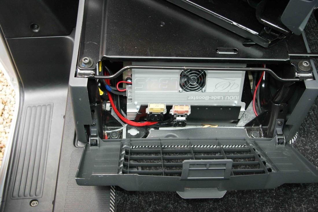 Umístění Boosteru pod sedadlem spolujezdce - vejde se i s 90 Ah baterií