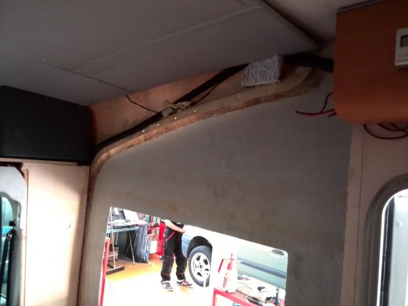 Bylo nutno očistit stěnu až na plech